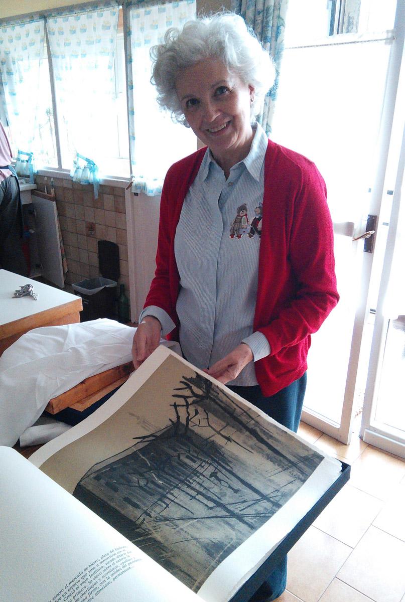 Carmen leafs through their copy of Semblanza de Gijón.