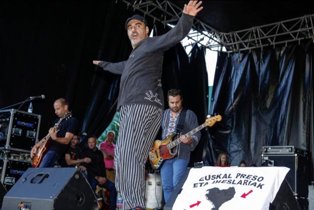 Gatibu's lead singer Alex Sardui gyrates on stage. Photo courtesty of KILOMETROAK 2013 - TOLOSA.
