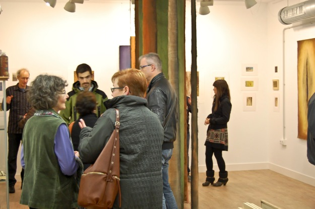 Conversations at the opening. Garikoitz Murua Fierro photo.